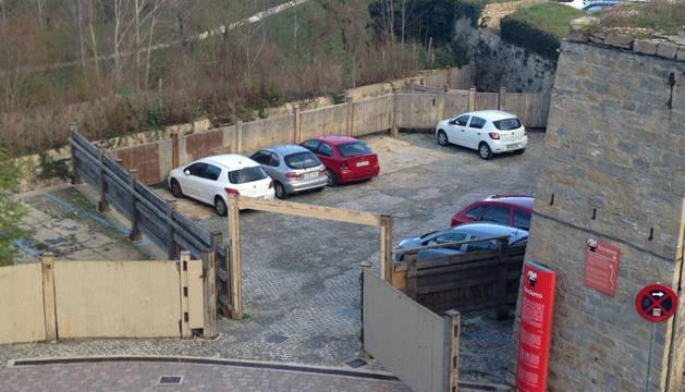 Foto con coches dentro de los corrales.