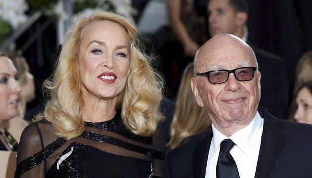 Rupert Murdoch y Jerry Hall, en los Globos de Oro.