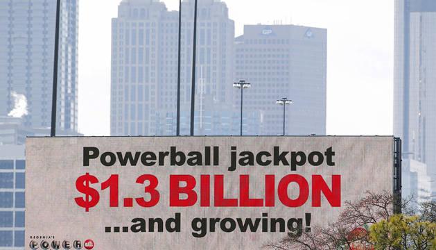 Cartel de la loteriá Powerball en Atlanta.