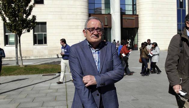 Luis Sabalza, frente al Palacio de Justicia de Navarra.