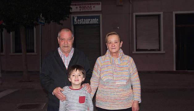 Alberto Jiménez Barquín y Lina Pérez Izquierdo, junto a su único nieto, y con el Bar Todos al fondo.