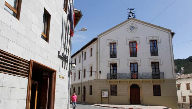Fachada principal del Ayuntamiento de Aoiz.