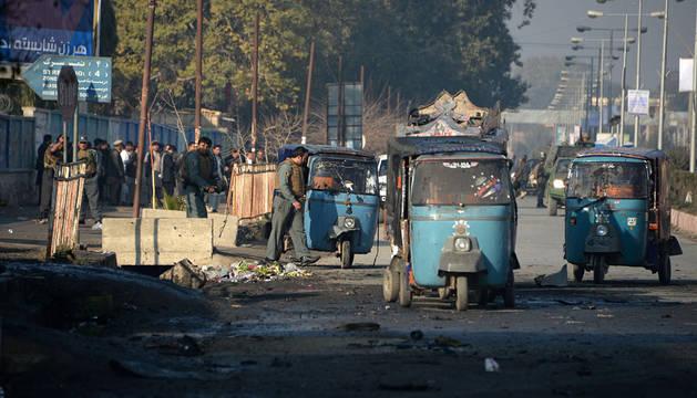 Agentes de policía, en el lugar donde ha ocurrido el atentado en Jalalabad.