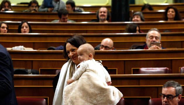 Carolina Bescansa (Podemos) acude al Congreso con su bebé y le da de mamar en el hemiciclo