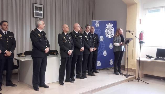 Homenajea a los agentes de la Policía Nacional que se jubilaron el año pasado.