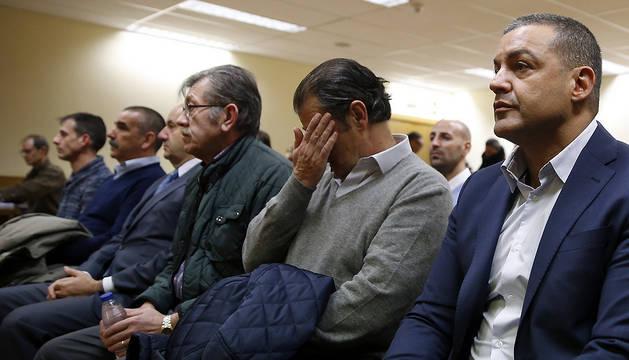 Miguel Ángel Flores (d), sentado en el banquillo de la Audiencia Provincial de Madrid junto a otros acusados, durante la segunda jornada del juicio del Madrid Arena.