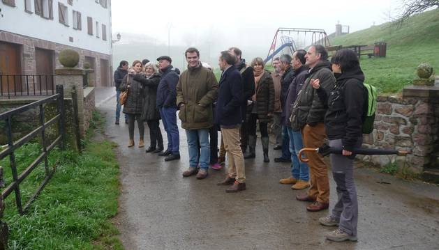 Parlamentarios y autoridades locales visitan la finca del Palacio de Aroztegia.