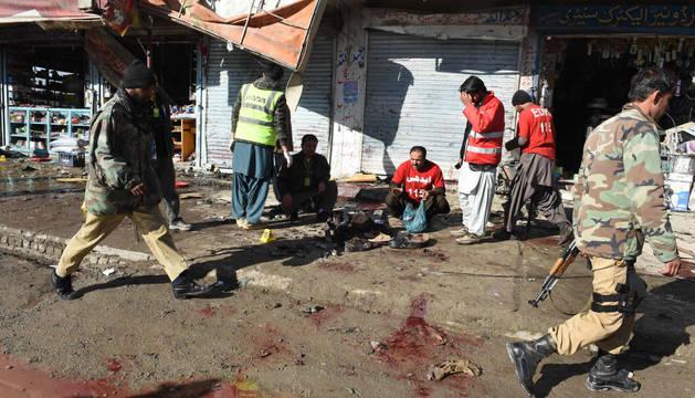 Oficiales de seguridad de Pakistán eximan el lugar del atentado.