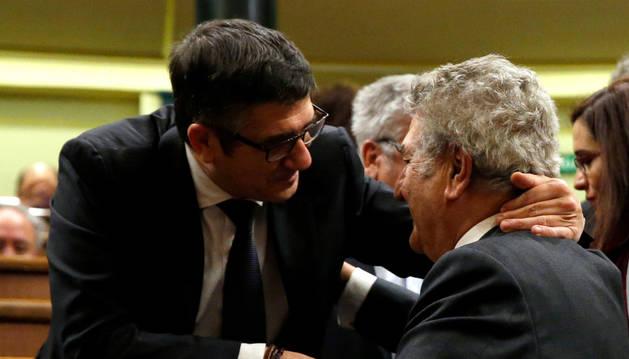 Patxi López saluda a su antecesor en el cargo, Jesús Posada.