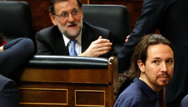 Pablo Iglesias pasa por delante del escaño de Rajoy.