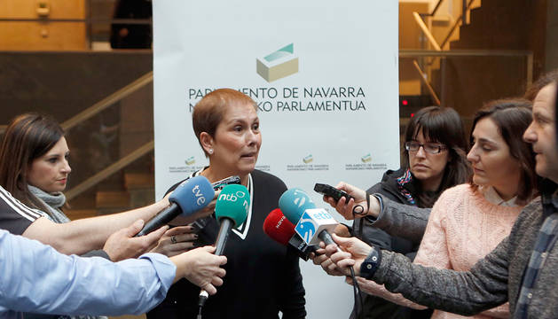 Uxue Barkos atiende a los medios en el Parlamento.