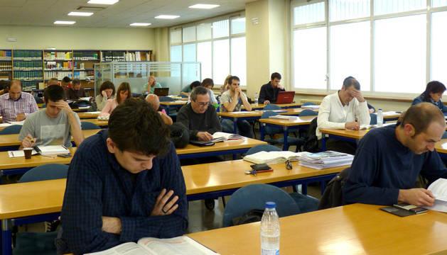 Estudiantes en la biblioteca de la UNED.