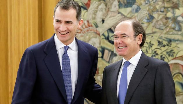 El rey Felipe, junto al presidente del Senado, Pío García-Escudero (d), en la Zarzuela.