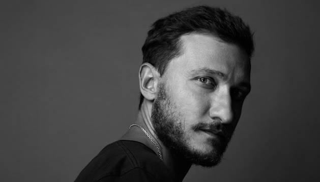 Marco De Vicenzo sintetiza su estilo en siluetas definidas