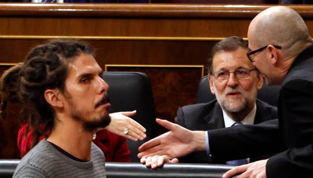 Alberto Rodríguez pasa ante el presidente del Gobierno en funciones, Mariano Rajoy.