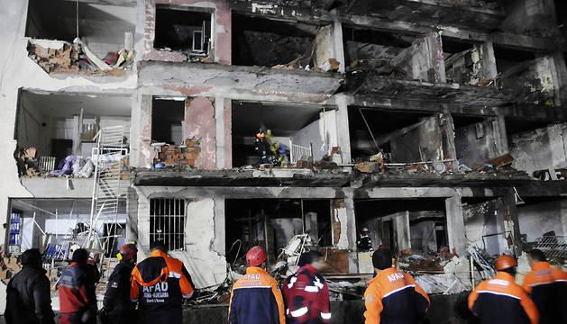 Miembros de los servicios de rescate, en el lugar donde se ha producido el atentado con coche bomba.