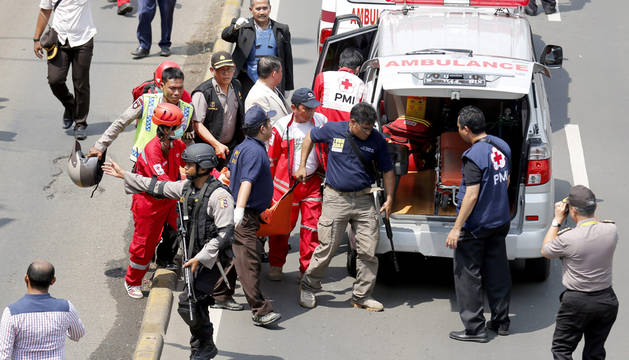 Al menos siete muertos tras varias explosiones en el centro de Yakarta