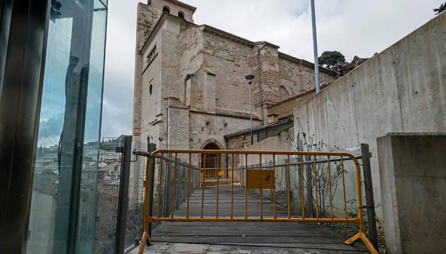 Cerrada, así permanece desde hace un año la pasarela que enlaza el ascensor con San Pedro de la Rúa.