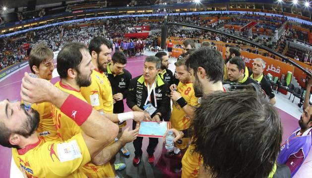 Los jugadores de la selección española, alrededor del técnico Manolo Cadenas.