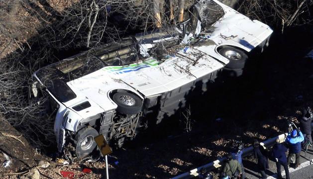 Al menos 14 muertos y 27 heridos en un accidente de autobús en Japón