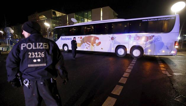 Un alcalde protesta ante la oficina de Merkel con un bus de refugiados sirios