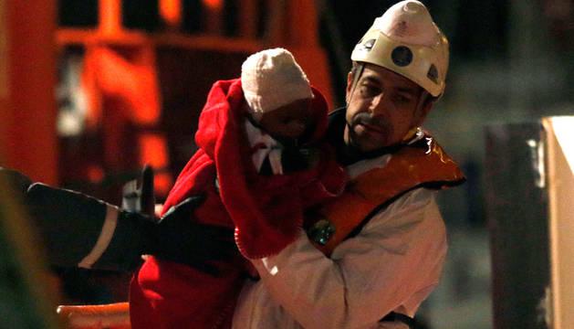 Llegada a puerto de los inmigrantes, entre los que había un bebé.