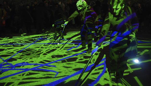 Asistentes a la instalación lumínica durante el festival Lumiere en Londres.