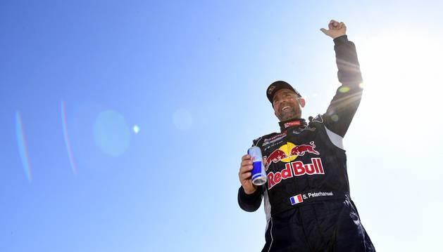 Peterhansel celebra el título del Dakar.