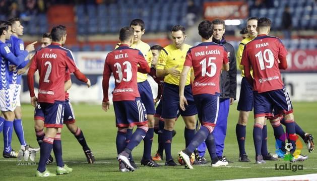 Saludo inicial de los jugadores contra el Oviedo.