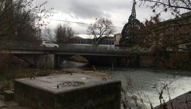 Imagen del puente de San Andrés, que salva el río Ultzama y, al fondo, la nave de Ion Graf.