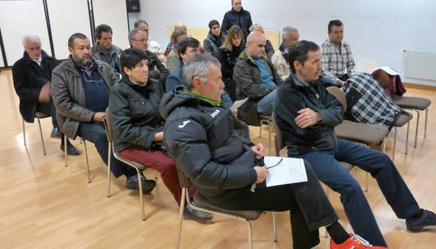 Los asistentes a la asamblea se reunieron en una de las salas del polideportivo.