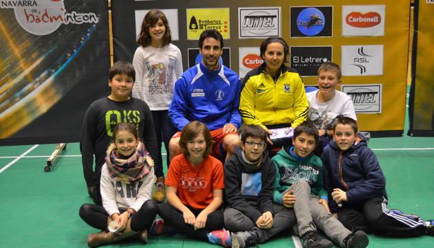 Un grupo de jugadores del Club de Bádminton Estella posaron con Pablo Abián.