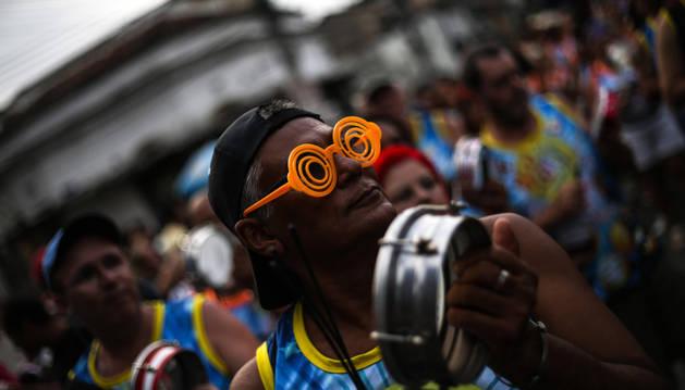 Centenares de personas participan del desfile de blocos (comparsas) en el Carnaval de Río.