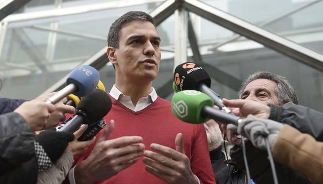 El secretario general del PSOE, Pedro Sánchez, atiende a los medios tras el encuentro mantenido con el presidente de Cantabria.