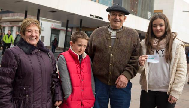 De izda. a dcha., Mª Jesús Inda, Iker Sagardía, Elías Alzuarte y Oihane Sagardía, con el boleto ganador.