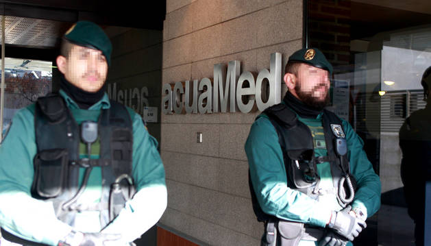 Agentes de la Guardia Civil en la sede de Acuamed en Madrid.