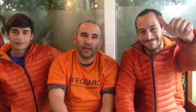 Enrique González, Julio Latorre y Manuel Blanco, los tres bomberos sevillanos detenidos.