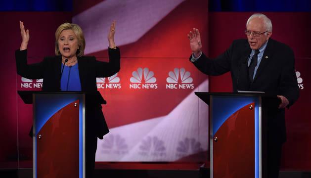 Clinton y Sanders chocan en el último debate del Partido Demócrata