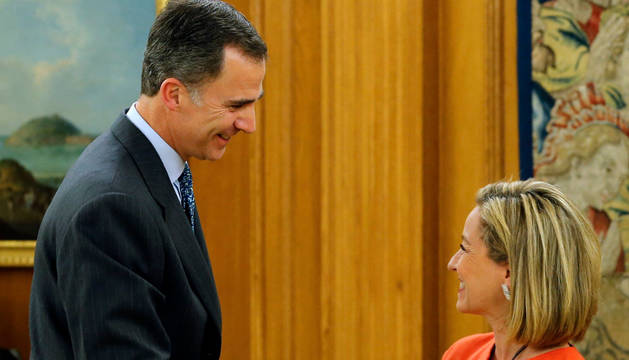 El Rey Felipe saluda a la diputada de Coalición Canaria Ana Oramas.