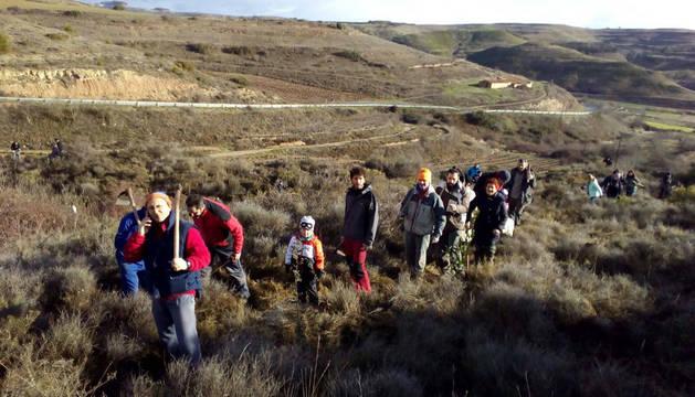 Algunos de los vecinos que tomaron parte en la jornada, en la ruta hacia la plantación.