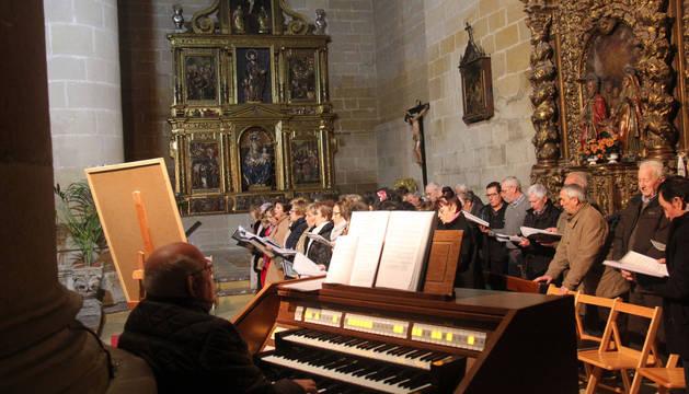 Juanjo Lacarra, al órgano, dirige a los auroros en la novena.