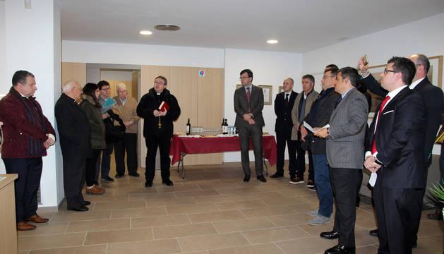 Asistentes a la inauguración del Tanatorio Martínez-Barrio de Lourdes en Tudela.