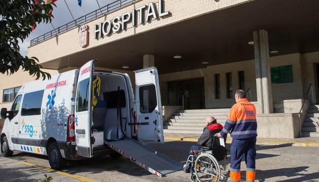 Un empleado del servicio de ambulancias traslada a un paciente en el hospital Reina Sofía.
