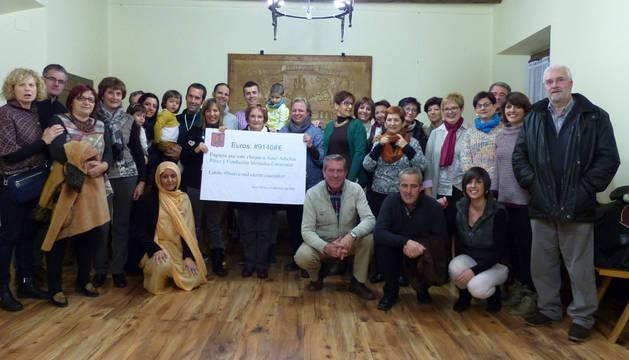 Foto de familia en la clausura del IV Mercadillo Solidario de Aibar.