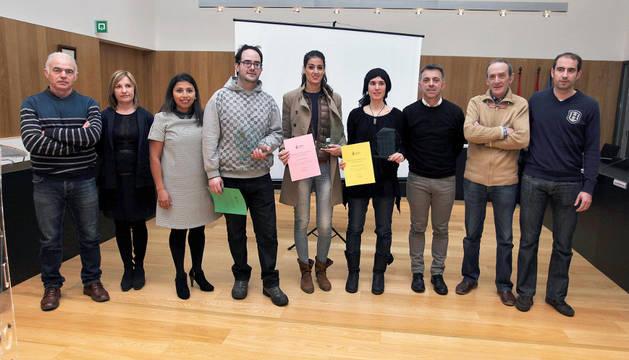 En el centro, con los diplomas, los ganadores del concurso: Álex Hernández Ruiz de Eguilaz, Ana Díaz Hernán y Amaya Izcue Chourraut. Con ellos, el jurado del concurso, formado por técnicos y ediles del Ayuntamiento del valle de Egüés.