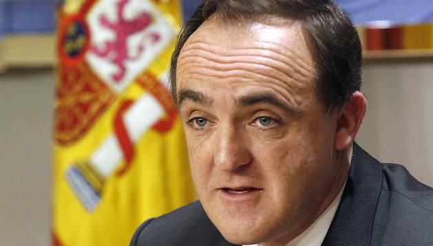 El presidente de UPN, Javier Esparza, ha trasladado este martes a Felipe VI su deseo de que visite Navarra después de que el Ejecutivo foral decidiera que los Reyes no participen en la entrega del Premio Príncipe de Viana de la Cultura 2016.