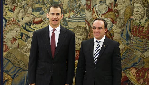 Felipe VI junto a Javier Esparza, con quien se ha reunido en su despacho del Palacio de la Zarzuela.