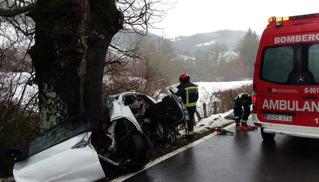 El coche en el que viajaba el fallecido ha chocado contra un árbol.