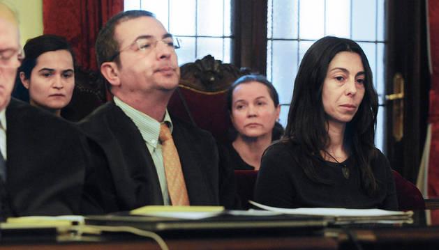 Las tres acusadas del crimen: Montserrat González (segunda derecha), Triana Martínez (izqda), y Raquel Gago, en la primera fila, durante el juicio.