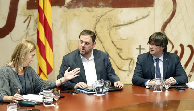 Carles Puigdemont, Oriol Junqueras y Neus Munté, durante la reunión semanal del ejecutivo catalán.